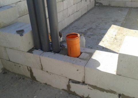 Закладка пластиковых каналов изканализационных труб