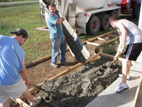 Залитые бетоном дорожки перед домом