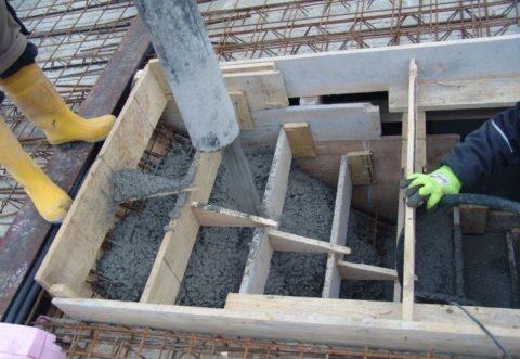Заливка раствора производится с верхней ступени