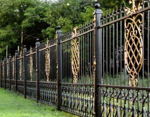 Чтобы забор был идеально ровным, нужно прочно поставить столбы