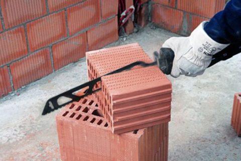 Использование ножовки для пустотелых блоков