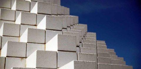Из силикатного бетона производят и крупногабаритные пористые блоки