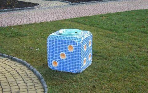 Креатив можно выразить ивтаком изделии— урна вформе игрального кубика