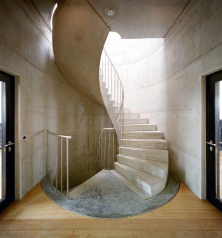 Нафотобетонная лестница, подготовленная кэтапу декоративной облицовки