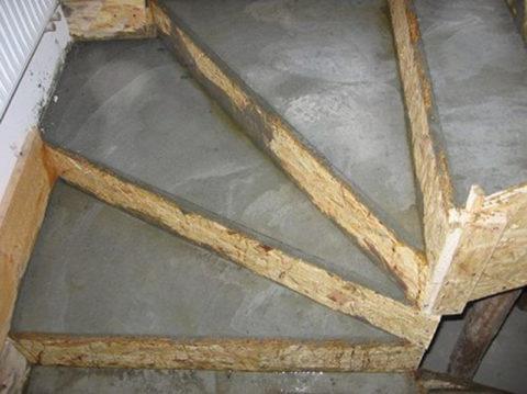 Перед тем как оставлять ступени для схватывания, верхние поверхности ступеней следует выровнять