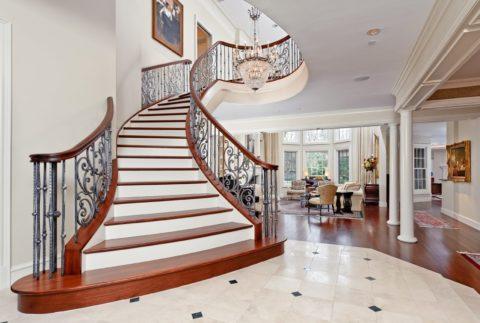 После отделки декоративным материалом бетонная лестница может стать истинным украшением дома