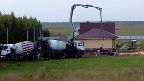 При больших объемах бетонных работ миксер снасосом приходится спаривать смиксером впростом исполнении