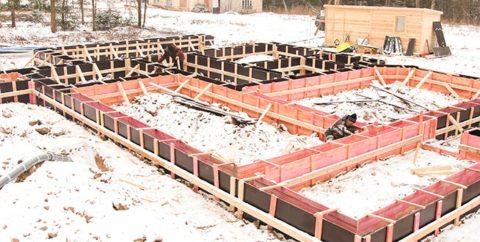 При заливке фундамента зимой следует добавлять враствор специальные присадки