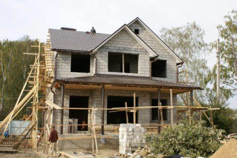 Возведение дома из лицевых блоков