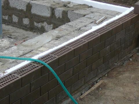 Здесь видно, насколько стена изкерамзитоблоков короче общей длины фасада