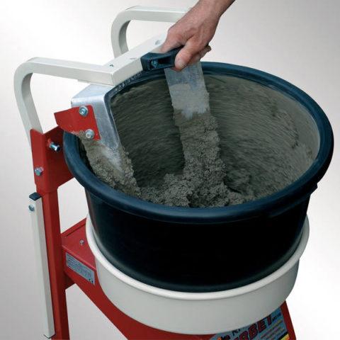 Емкость с миксером для замешивания бетонного раствора
