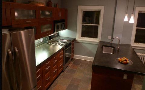 Интерьер кухни в индустриальном стиле с бетонными поверхностями