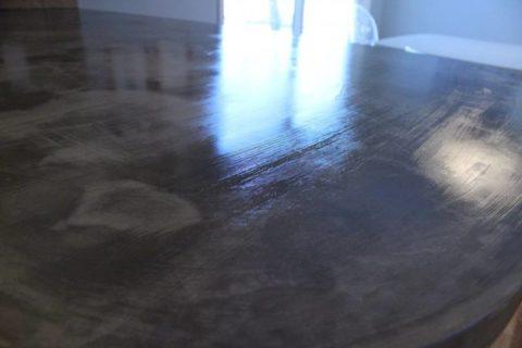 Поверхность столешницы из бетона, покрытая лаком