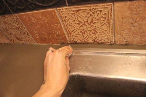 Удаление влажного бетона с поверхности мойки