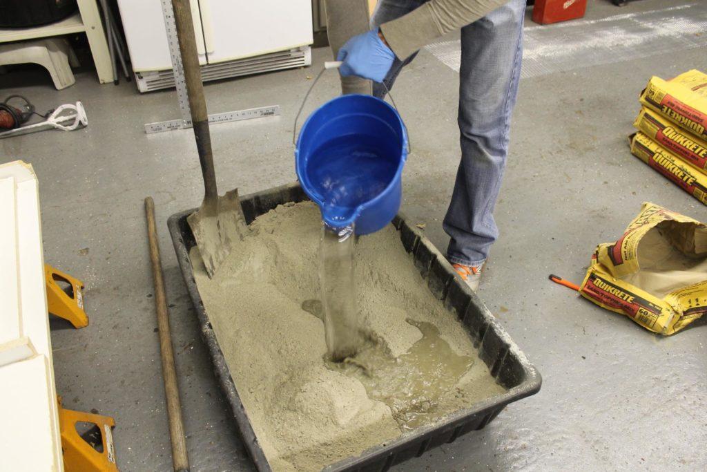 приготовление цементного раствора вручную