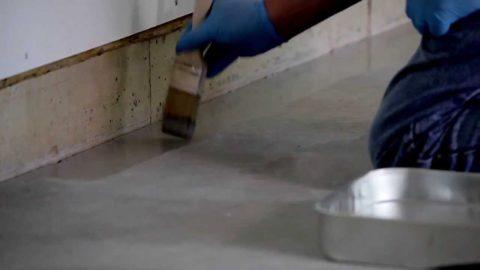 По периметру вдоль стен грунтовку удобнее наносить кисточкой