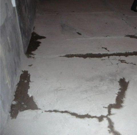 Трещины и сколы необходимо расшить, зачистить и залить бетонным составом