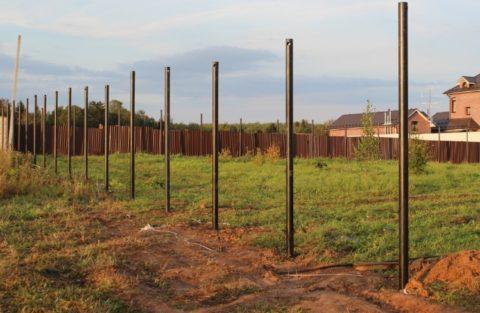 Без надежных опор невозможно сделать забор или навес