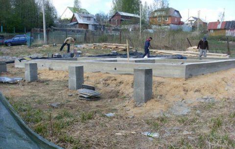 На суглинистых грунтах устраивают фундамент плитный, на столбах или сваях