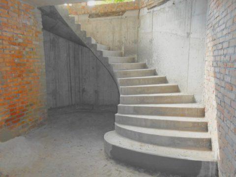 Пластичность бетона позволяет создавать лестничные пролеты сложных изгибов с интересными формами ступеней