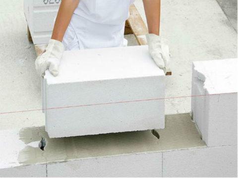 При использовании блоков с монтажными пазами их края также рекомендуется промазывать клеем, если в дальнейшем не запланирована штукатурка стен