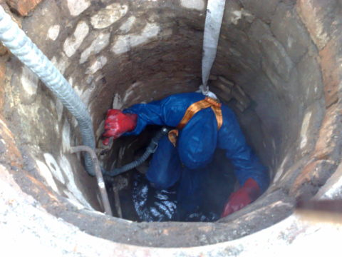 Проведение работ по очистке колодца вручную сопряжено не только с неудобствами, но и определенным риском