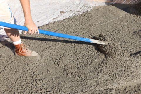 Ручная укладка бетонной смеси