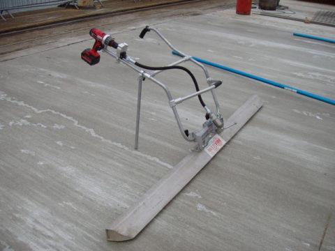 Такое приспособление быстро и качественно выравнивает бетонную стяжку