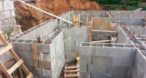 Возведение стен цокольного этажа издырчатых блоков УДБ