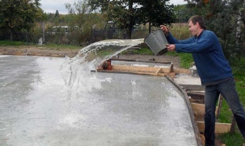 Заливка бетона водой
