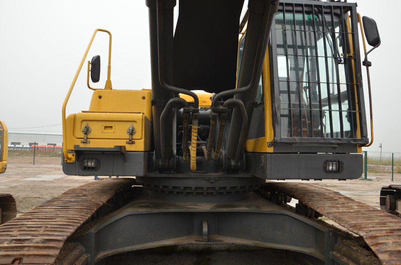 Защита кабины экскаватора, оснащенного гидроножницами вещь абсолютно необходимая для защиты не только остекления, но и самого оператора от фрагментов разрушаемого бетона