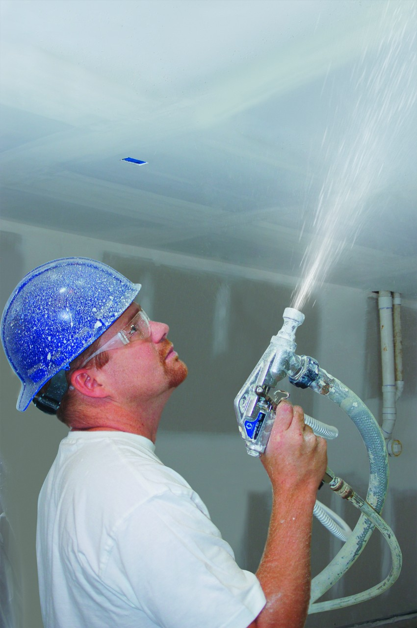 Окрашивание потолка при помощи распылителя
