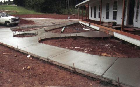 Бетонное покрытие двора – залитые дорожки