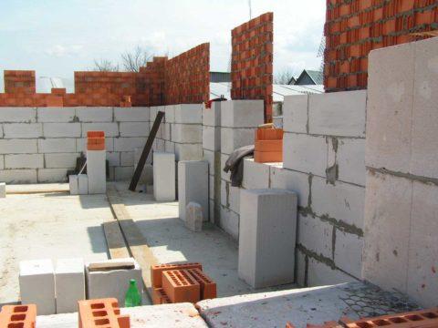 Единовременное возведение стены из газобетона и облицовка ее кирпичом ускорят процесс строительства дома в целом
