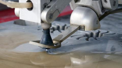 Гидроабразивная резка – современная высокоавтоматизированная технология, позволяющая совершать процессы обработки камня, недостижимые обычным традиционным технологиям