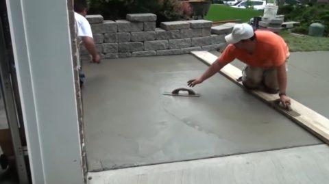 Как бетонировать двор: финишное разглаживание