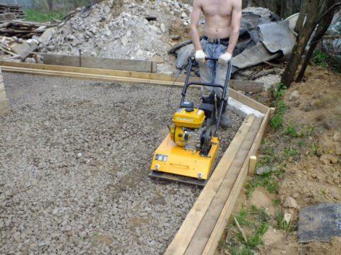 Как правильно бетонировать двор – трамбовка дренажного слоя