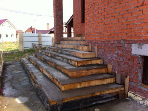 Как залить ступени избетона: простейшее прямоугольное крыльцо