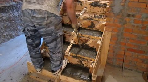 Лестницы заливка бетоном: работа свибратором погружного типа
