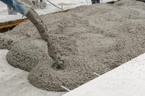 На фото подача бетона непосредственно в опалубку