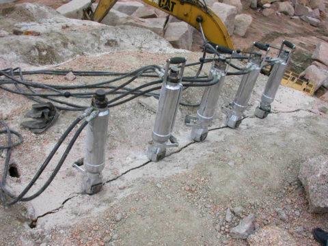 Набор гидроклинов, размещенный на массиве литого бетона, медленно, но неотвратимо делает свою работу, без суеты, шума и пыли