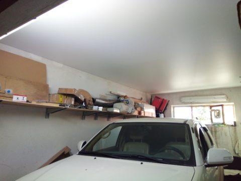 Окрашенный бетонный потолок в гараже