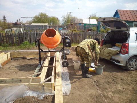 Передвигая бетономешалку помере выполнения заливки, можно значительно облегчить себе работу