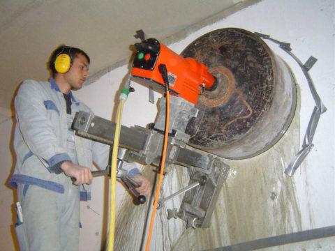 Прорезание отверстий с помощью коронки и колонка несколько легче физически, но сопряжена с высоким уровнем шума и вибраций