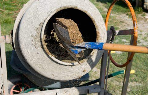 Процесс замешивания бетона