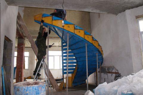Сборная металлическая опалубка для винтовой железобетонной лестницы
