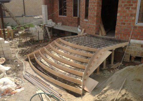Сложная опалубка сплавными линиями задаст такуюже форму залитому бетону