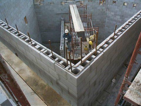 Стена из пустотелых блоков