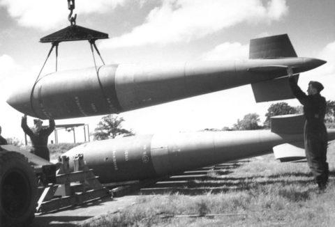 Существует легенда, что первый экземпляр новейшей британской пятитонной бетонобойной бомбы конструктор Уоллес собирал своими руками