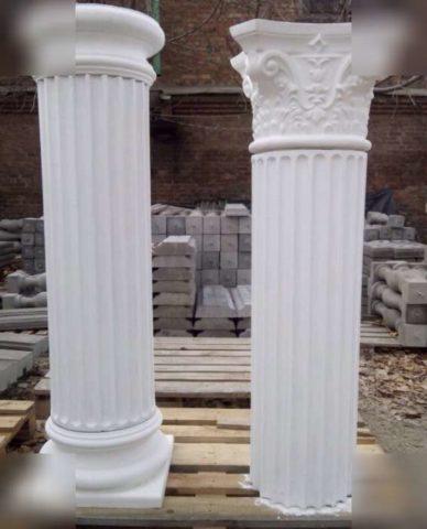 Восновании колонн использованы круглые бетонные столбы